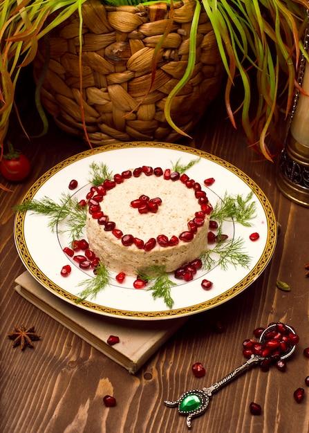 Orientalischer arabischer, türkischer lebensmittelhumus mit granatapfelsamen. Kostenlose Fotos