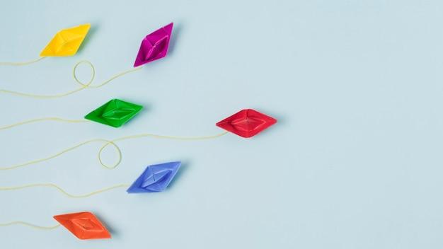 Origami-boote, die führungskonzept darstellen Kostenlose Fotos