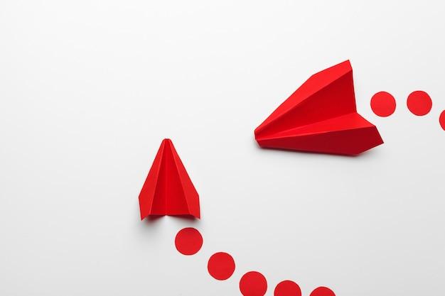 Origami spielzeug flugzeug aus papier Premium Fotos