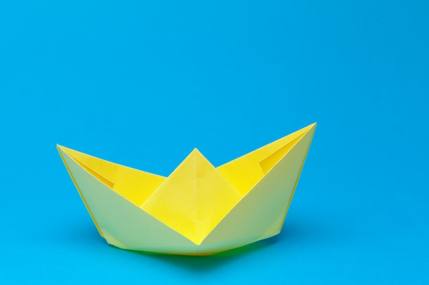 Origamipapierboot auf blau Premium Fotos