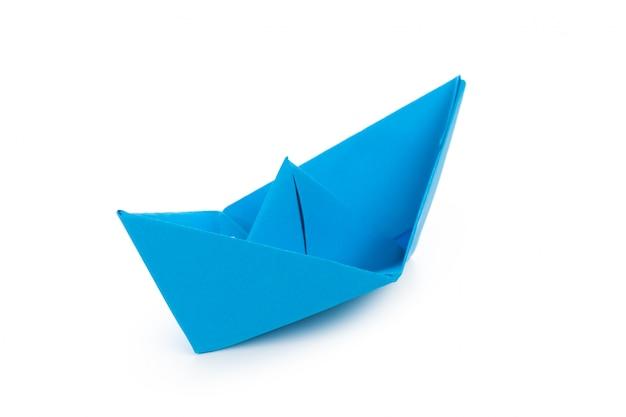 Origamipapierboot lokalisiert auf weißem hintergrund Premium Fotos