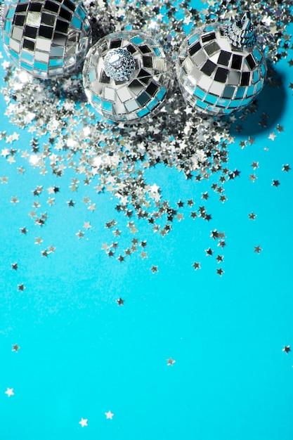 Ornament silber kugeln in der nähe von dekorativen sternen Kostenlose Fotos