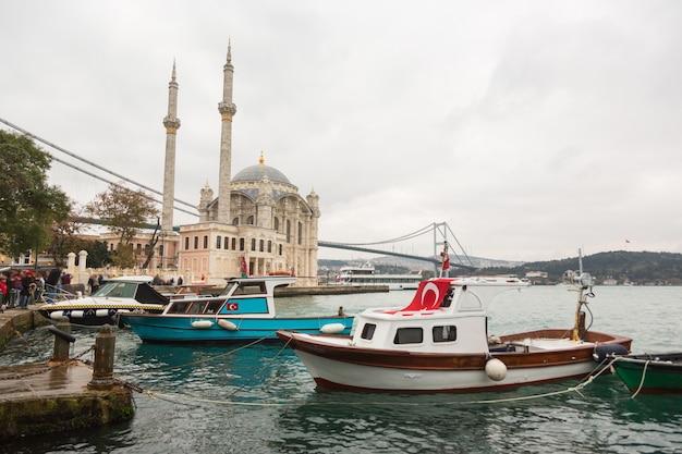 Ortakoy moschee und bosphorus brücke in istanbul, die türkei Premium Fotos