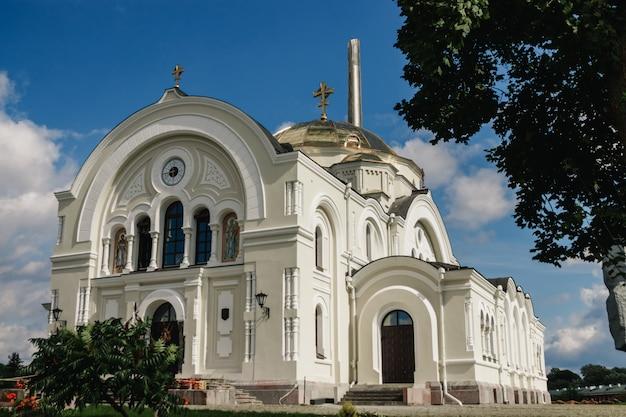 Orthodoxe kirche eines klosters in der brester festung, weißrussland Premium Fotos