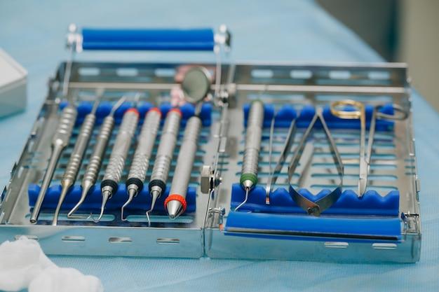 Orthopädische werkzeuge für zahnärzte. chirurgisches set für zahnimplantation Premium Fotos