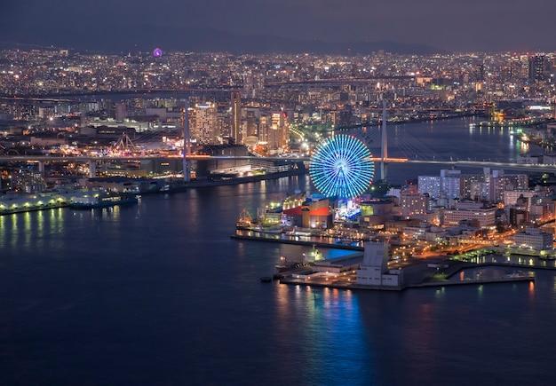 Osaka bay in der abenddämmerung, blick auf cosmo tower, osaka japan Premium Fotos