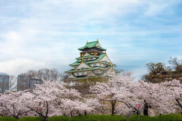 Osaka castle mit kirschblüte in osaka; japan. japan frühling schöne szene. Premium Fotos
