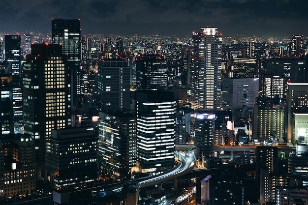 Osaka städtische stadtbildlandschaftshintergrund in der twilight nacht Premium Fotos