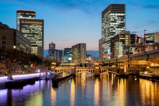 Osaka-wolkenkratzergebäude in nakanoshima-bezirk nachts in osaka, japan Premium Fotos