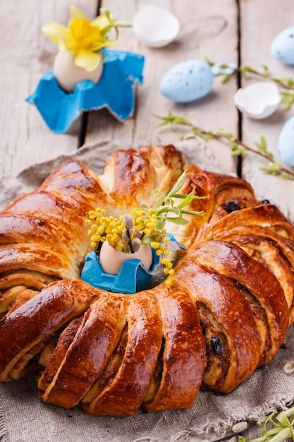 Osterbrot mit ei dekoration und blumen Premium Fotos