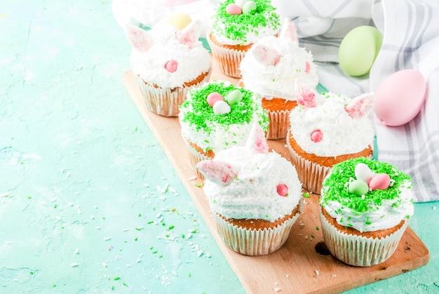 Ostercupcakes mit hasenohren und zuckereiern, Premium Fotos