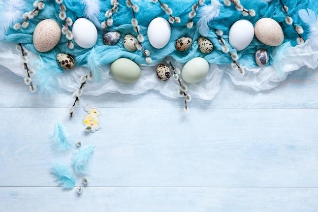 Osterdekoration und natürliche eier und weidenkätzchen. draufsicht Premium Fotos