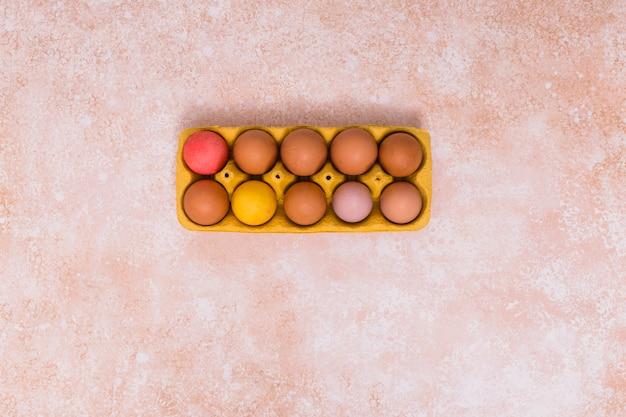 Ostereier im gestell auf dem tisch Kostenlose Fotos