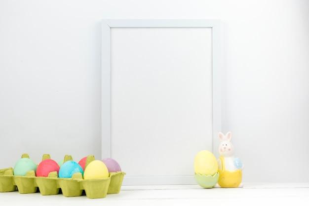 Ostereier im kasten mit leerem rahmen auf tabelle Kostenlose Fotos