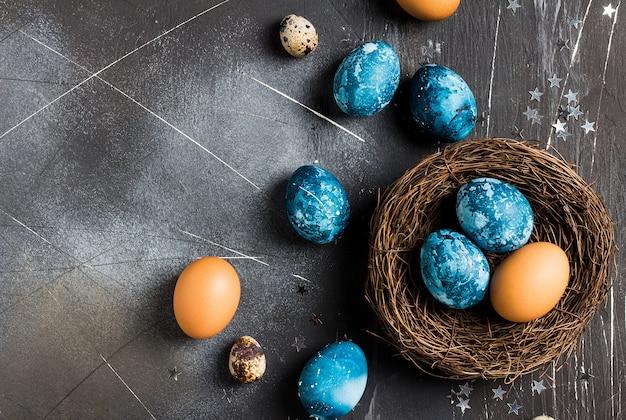 Ostereier im nest eigenhändig gemalt im blau Kostenlose Fotos