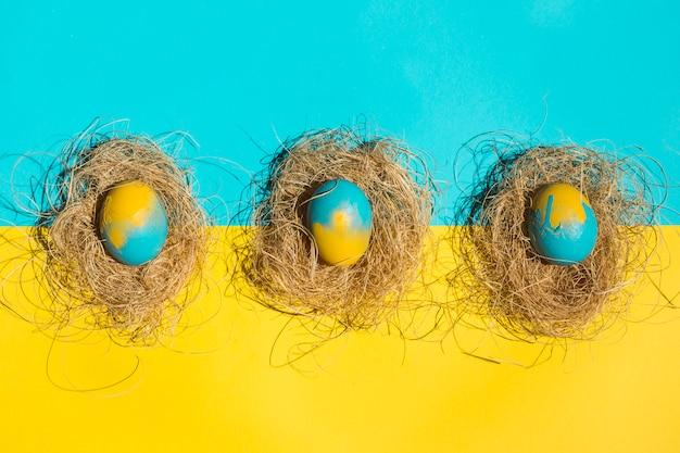 Ostereier in den nestern auf hellem tisch Kostenlose Fotos