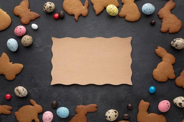 Ostereier mit hasenförmigen keksen und süßigkeiten Kostenlose Fotos
