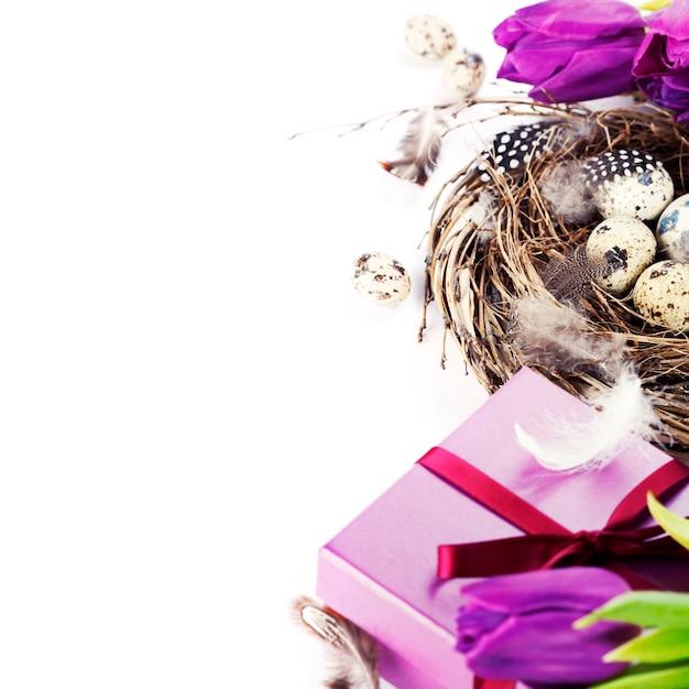 Ostereier mit lila tulpenblumen und geschenken Premium Fotos