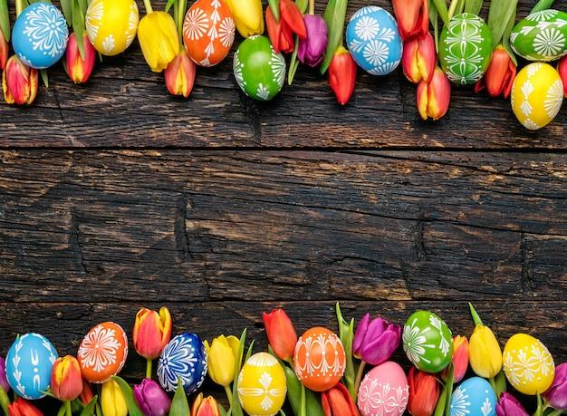 Ostereier und tulpen auf holzbohlen Premium Fotos
