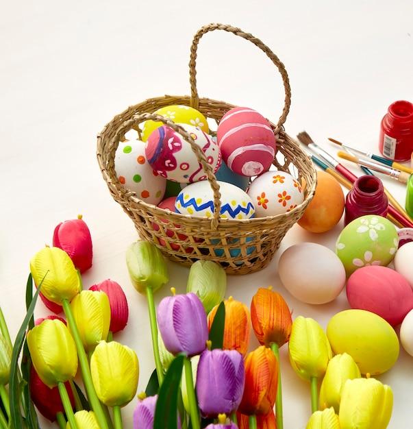 Osterferien auf weißem holz Premium Fotos