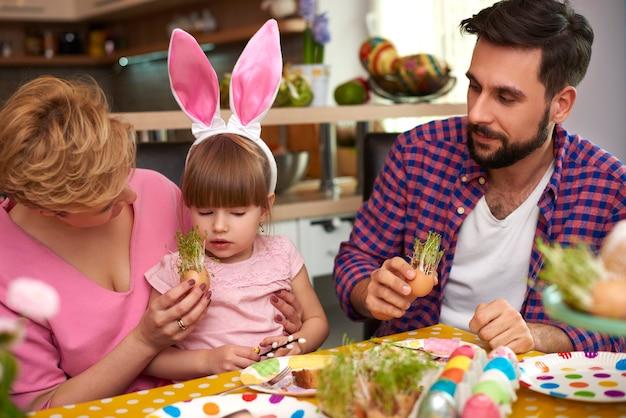 Osterfrühstück der glücklichen familie Kostenlose Fotos