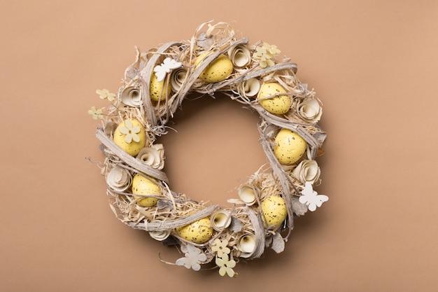 Osterkranz aus eiern om beige hintergrund. kopieren sie platz. Premium Fotos