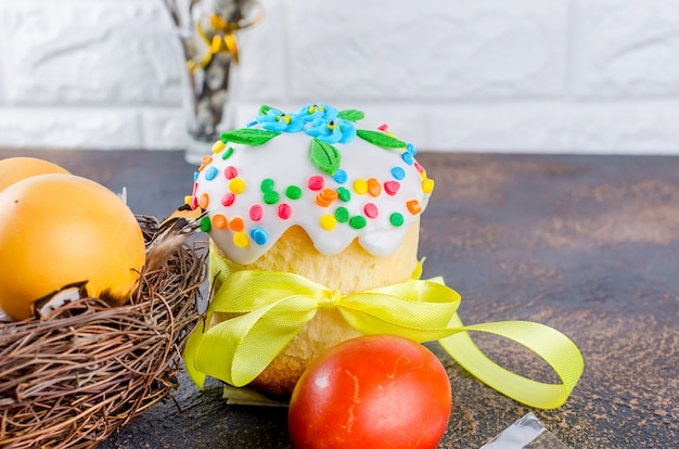 Osterkuchen, rote eier, feiertagsdekorationen und gedeck für ostern Premium Fotos