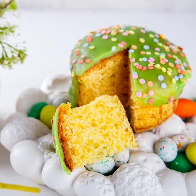 Osterkuchen und bunte eier für die traditionelle feiertagstabelle Premium Fotos