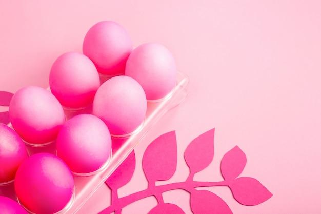 Ostern 2019 mit eiern in rosa farbe auf einem einfarbigen hintergrund gemalt Premium Fotos