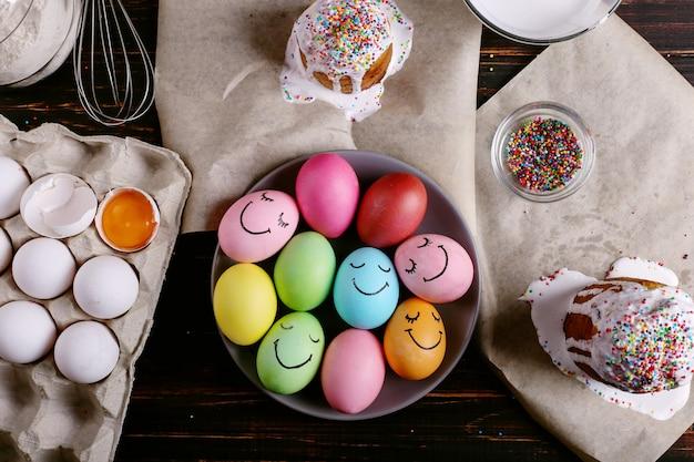 Ostern backen mit zuckerguss und farbigem pulver und eiern Premium Fotos