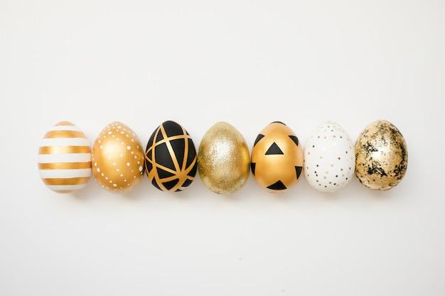 Ostern golden verzierte eier. minimales ostern-konzept. Premium Fotos