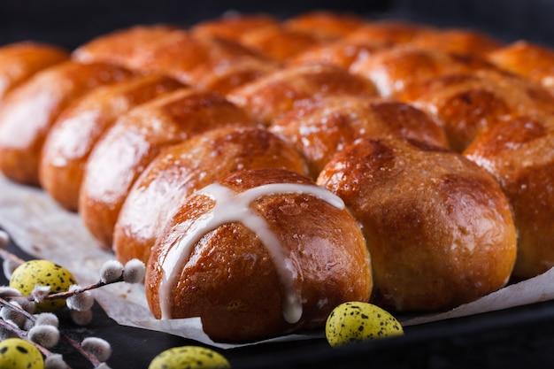 Ostern-heiße querbrötchen auf einem dunklen hintergrund Premium Fotos