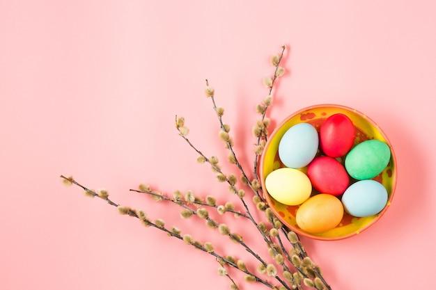 Ostern im büroarbeitsplatz auf rosa tisch Kostenlose Fotos