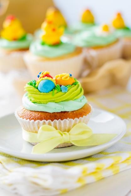 Ostern-kleine kuchen auf weißer hölzerner tabelle Premium Fotos