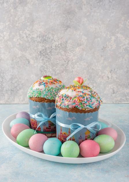 Merveilleux Ostern Noch Leben. Ostern Kuchen, Gemalte Eier Auf Grau. Premium Fotos