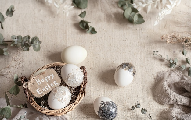 Ostern stillleben mit eiern in einem weidenkorb. frohe ostern konzept. Kostenlose Fotos