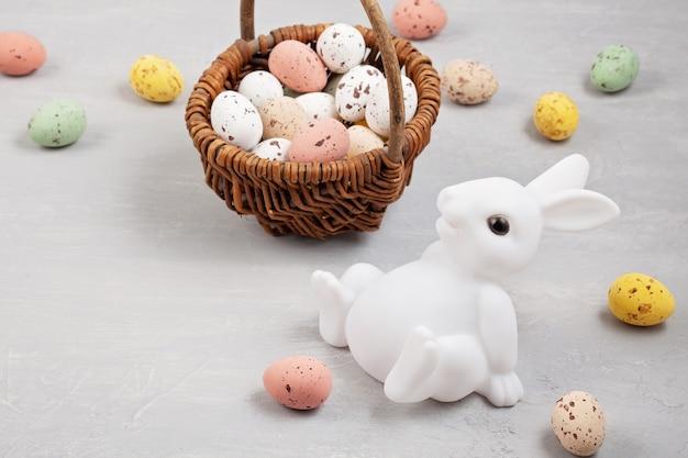 Ostern-zusammensetzung mit häschen und eiern Premium Fotos