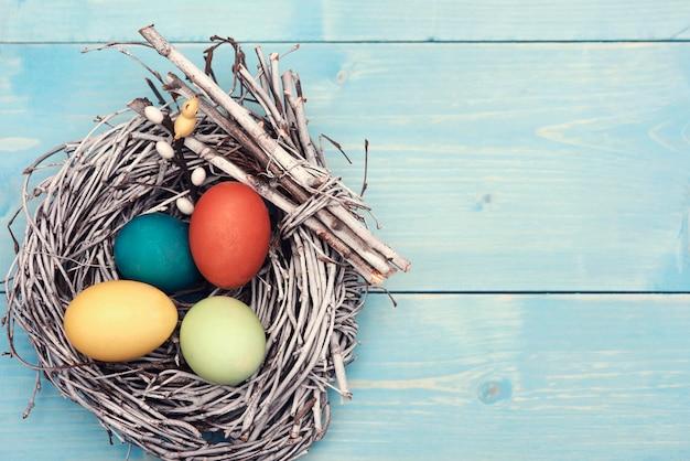 Osternest mit bunten eiern Kostenlose Fotos