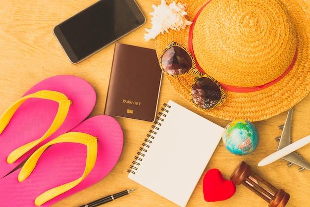Outfit des reisenden. urlaubsreise planen. reise- und tourismuskonzept. Premium Fotos