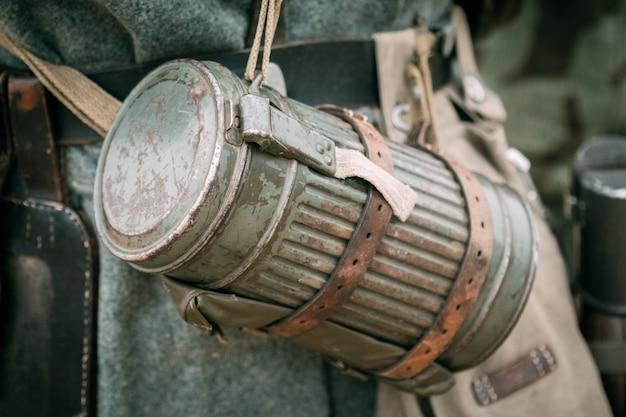 Outfit soldat wehrmacht koffer für gasmaske Premium Fotos