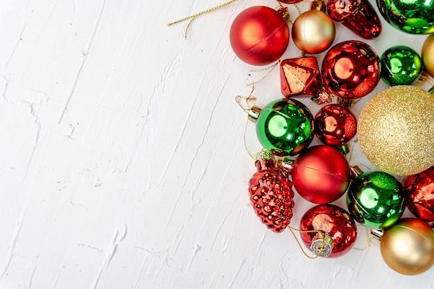 Overhead-aufnahme von bunten weihnachtsschmuck mit platz für ihren text Kostenlose Fotos