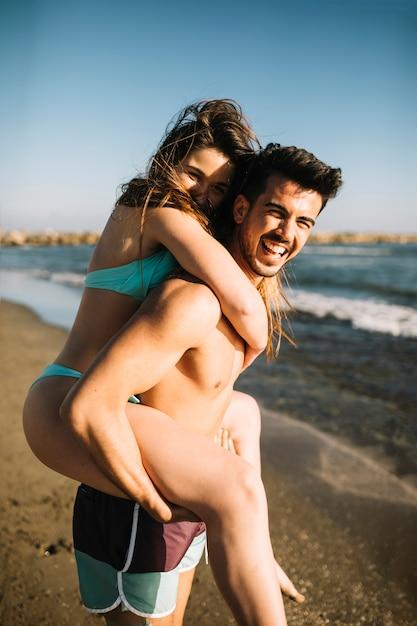 Paar am strand Kostenlose Fotos