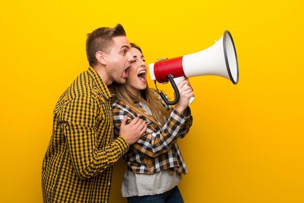 Paar am valentinstag schreien durch ein megaphon Premium Fotos