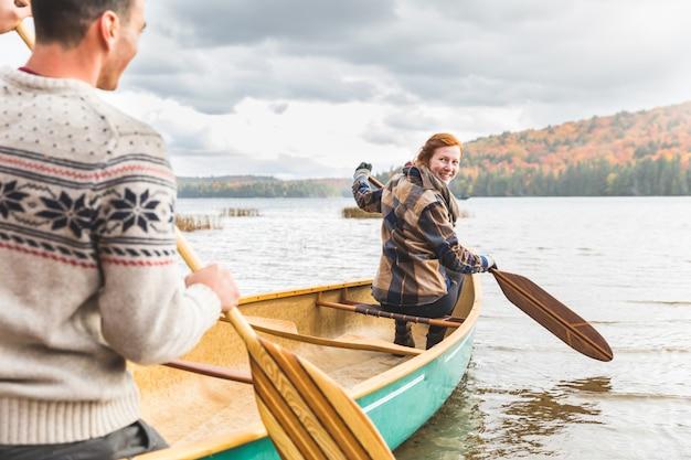 Paar auf einem kanu am see im herbst, kanada Premium Fotos