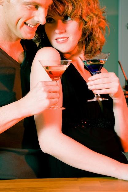 Paar auf einer party flirten Premium Fotos
