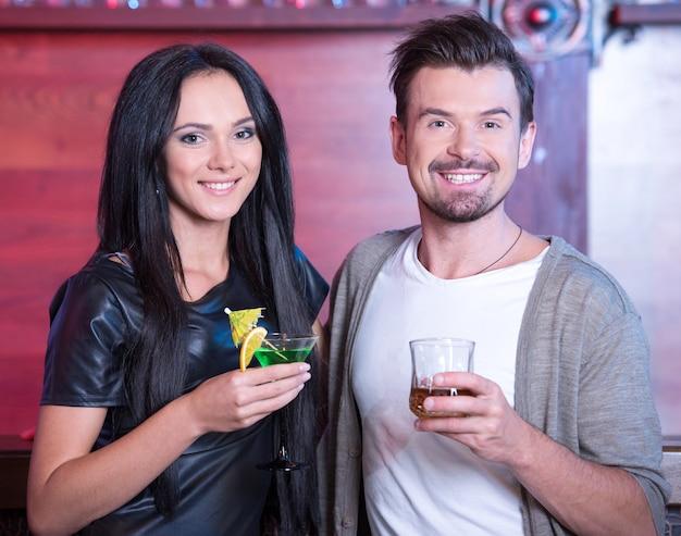 Paar bei einem date an der bar alkohol trinken. Premium Fotos