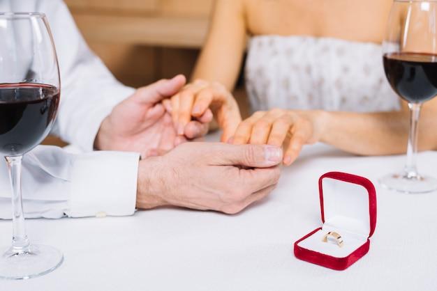 Paar beim abendessen mit verlobungsring Kostenlose Fotos