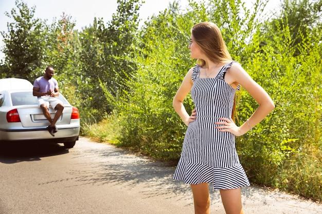 Paar, das an einem sonnigen tag mit dem auto unterwegs ist Kostenlose Fotos