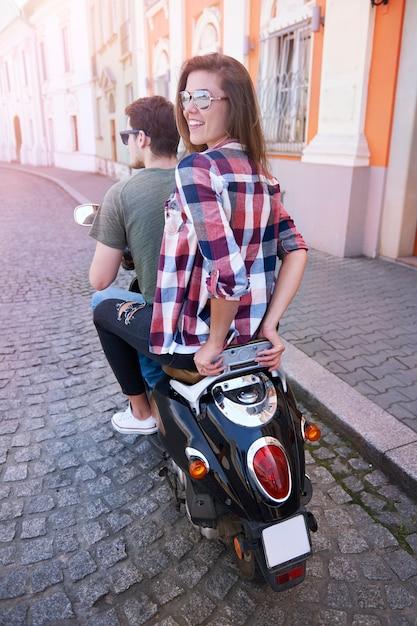 Paar, das ein motorrad in der stadt fährt Kostenlose Fotos