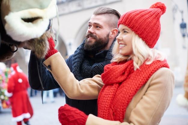 Paar, das einige winterkleidung betrachtet Kostenlose Fotos